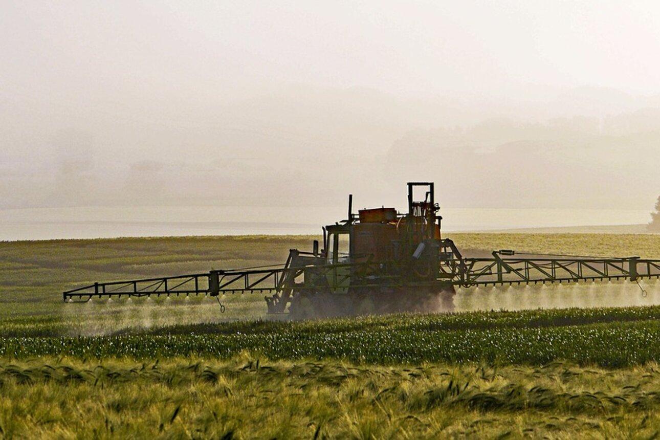 Gift auf den Acker: Die Agrarindustrie steht in der Kritik. Foto: www.pixabay.com