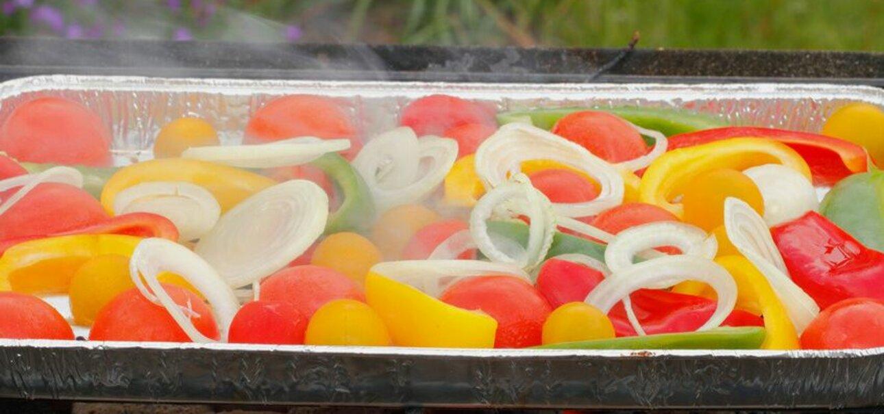 Essen aus Aluschalen kann belastet sein. Das gilt vor allem für salzige und saure Lebensmittel. Foto: www.fotolia.de.