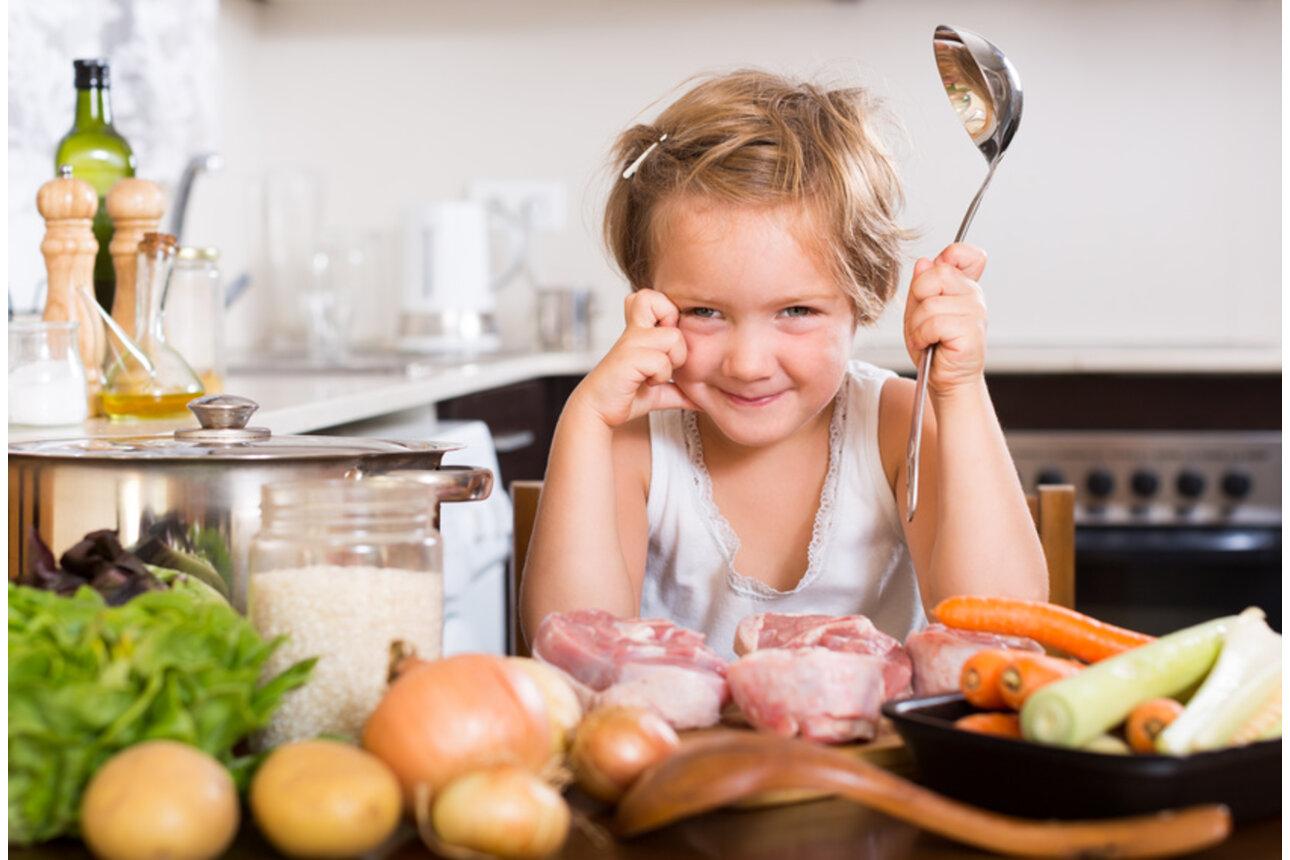 Zuhause lernen Kinder was gesunde Ernährung ist.