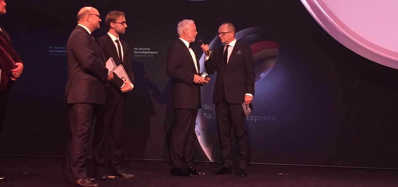 Firmengründer Ulrich Walter nimmt die Auszeichnung auf der Gala des Deutschen Nachhaltigkeitspreises 2015 entgegen.