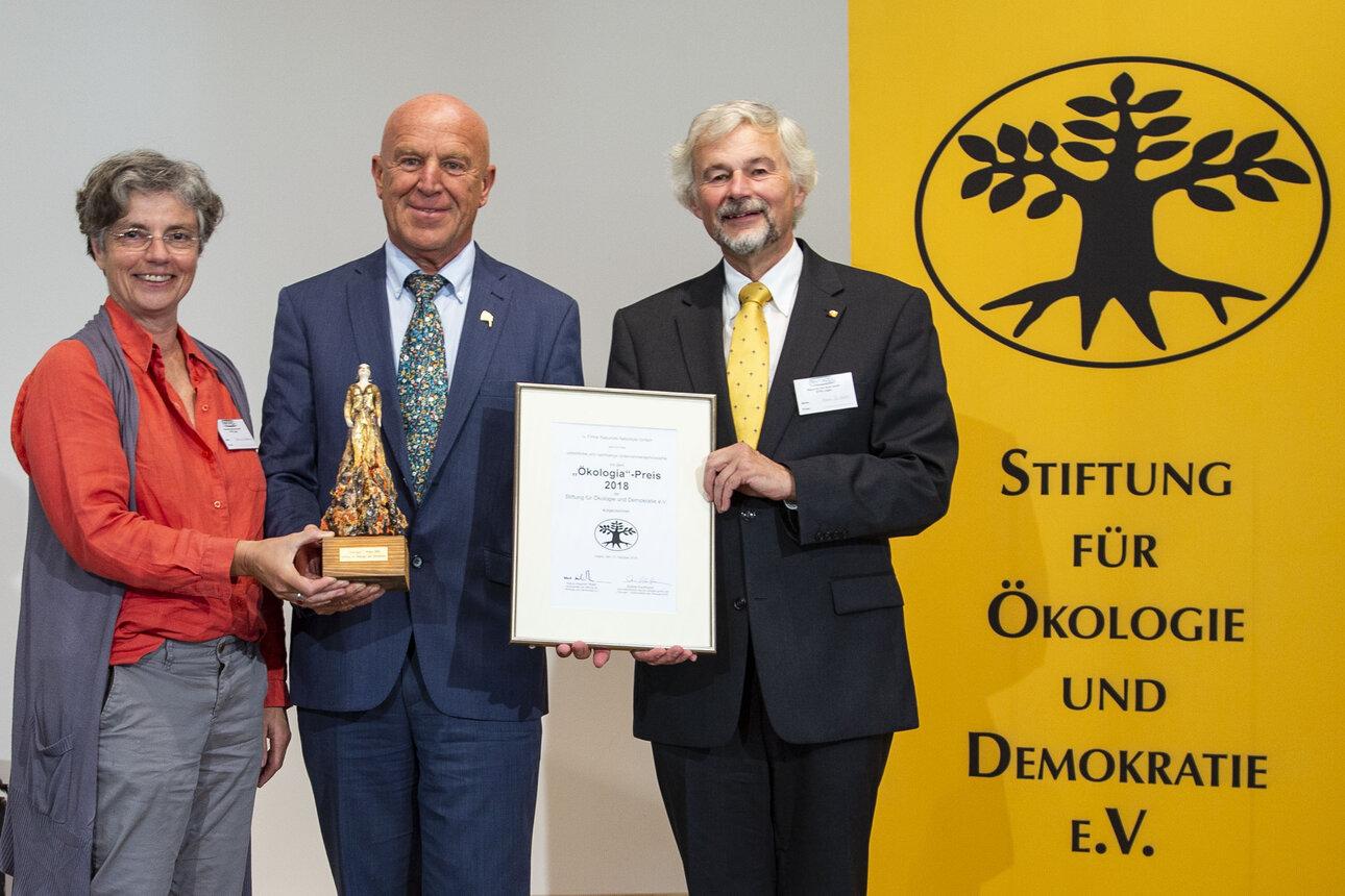 Laudatorin Sabine Kauffmann überreicht die Auszeichnung. v.l.n. Sabine Kauffmann, Joseph Wilhelm, Hans-Joachim Ritter