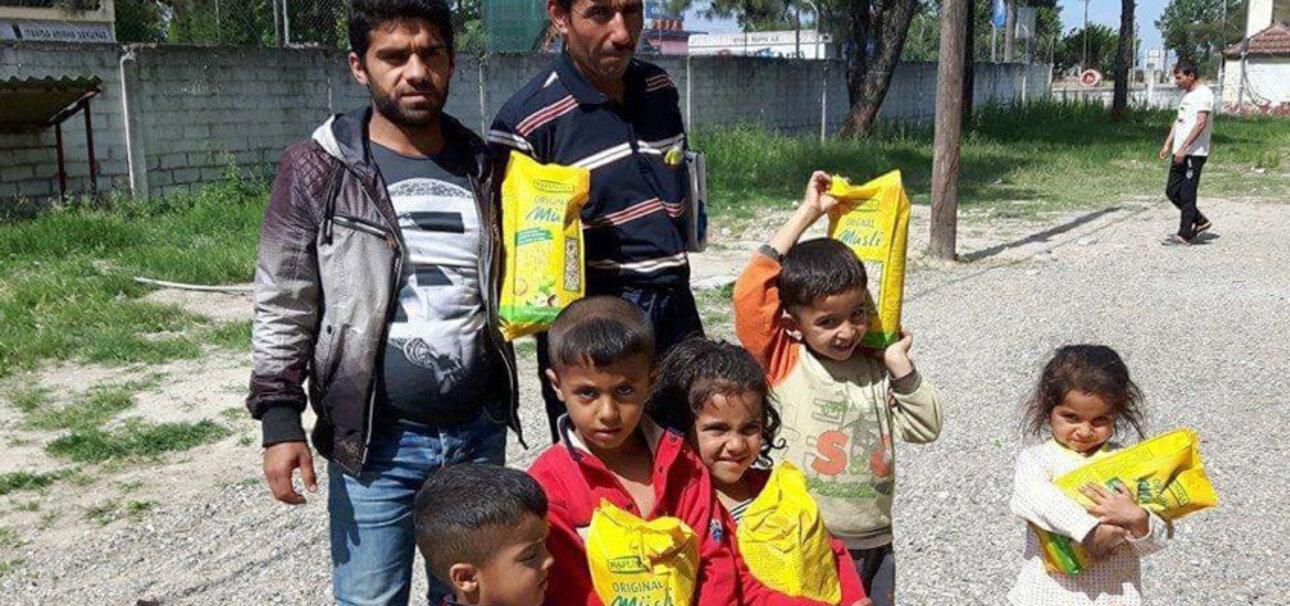 Die Kinder freuen sich besonders über die Müslimahlzeiten, die von Helfern vor Ort zubereitet werden. Foto: Rapunzel Naturkost