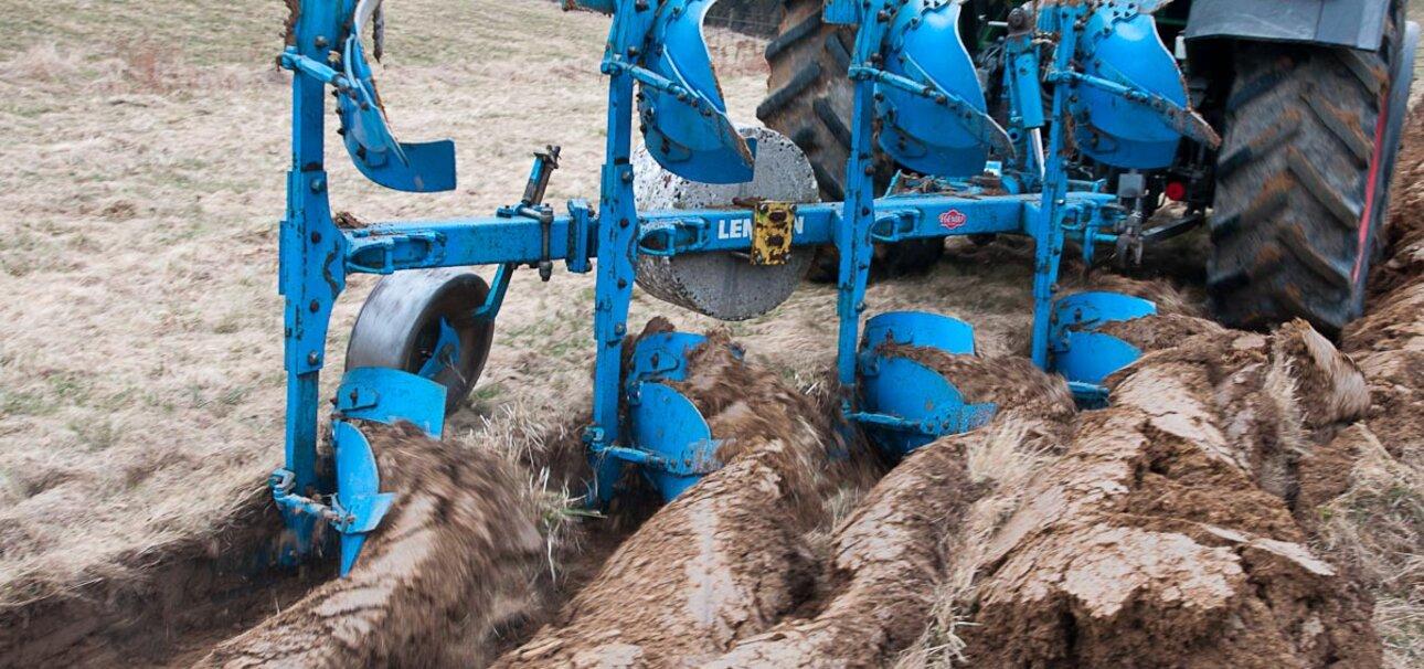 Schwere Traktoren und Bodenbearbeitung strapaziert die Böden