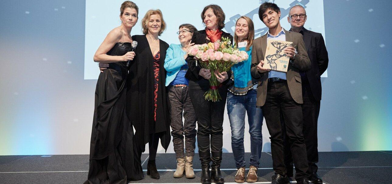Das Aktionsbündnis Faire Uni Saar und Oberbürgermeisterin Charlotte Britz (zweite von links) mit Moderatorin Anke Engelke (links) und Schauspielerin Joachim Krol (rechts) bei der Preisverleihung in Berlin. (Foto: Frank Nürnberger)